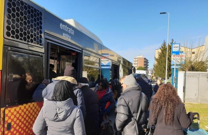 In tanti hanno sfruttato la navetta predisposta dal Comune di Bergamo per raggiungere via Spino
