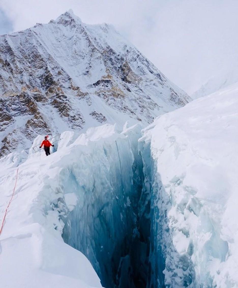 I crepacci presenti lungo il percorso dei due alpinisti in una foto tratta da Fb