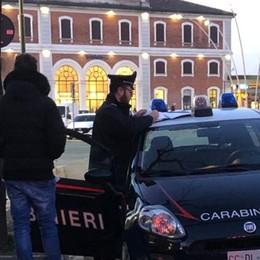Treviglio, controlli antidroga in stazione Carabinieri in azione con i cani