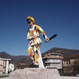 Un nuovo «batocio» per l'Arlecchino Ecco le foto della scultura risistemata