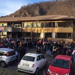 Zogno, aule «gelate» al Turoldo - Foto Protesta degli studenti fuori dall'Istituto