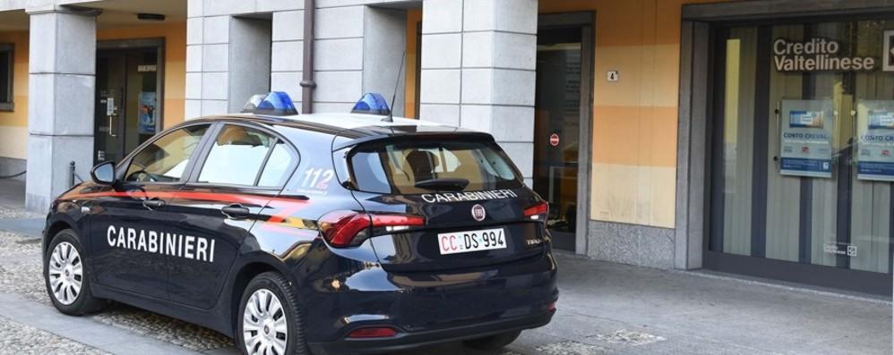 Colpo in banca con pistola e coltello  Tre malviventi fuggono con 20 mila euro