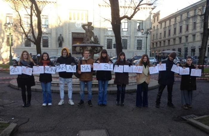 Il nuovo flash mob in piazza Dante all'alba