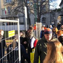 Proteste in piazza Dante, Polizia in campo Transennata l'area: taglio degli alberi al via