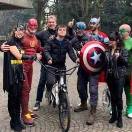 Bici speciale rubata e l'appello social Volontari supereroi ne portano una nuova