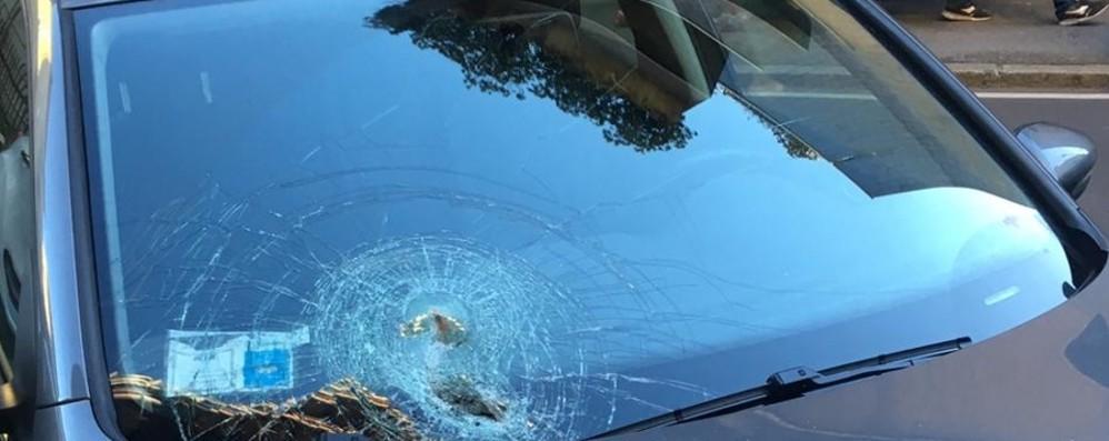 Cade tegola da un tetto di via Scotti Colpita un'auto: parabrezza sfondato
