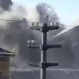 Demolizione, l'edificio crolla all'improvviso  e solleva un «polverone» di critiche- Video