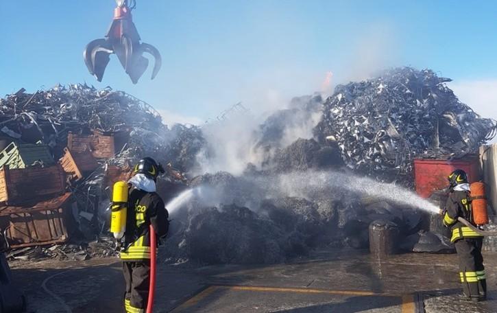 Incendio a Castel Rozzone - Foto Bruciano scarti di ferro e acciaio