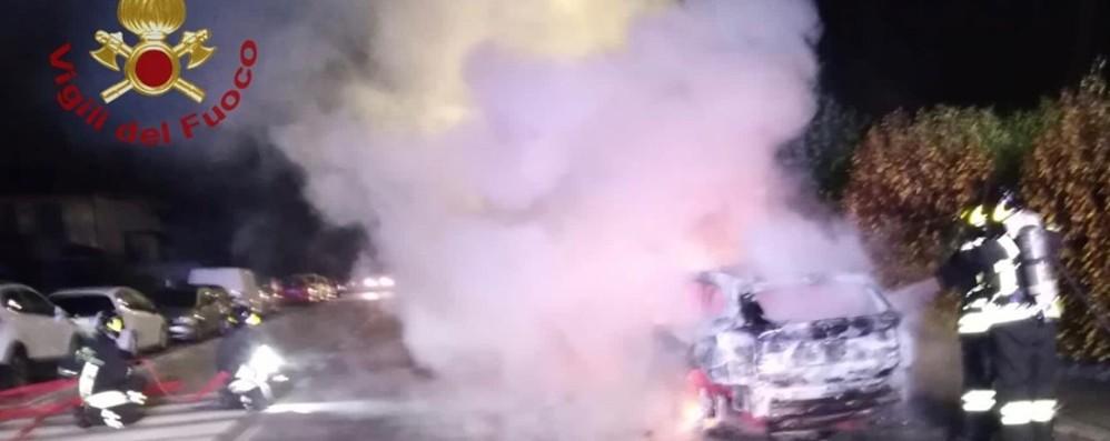 Auto prende fuoco a Costa di Mezzate Vigili del fuoco in azione - Foto