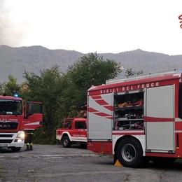 Fiamme nella ditta di riparazione di barche Vigili del fuoco in azione a Cisano - Le foto