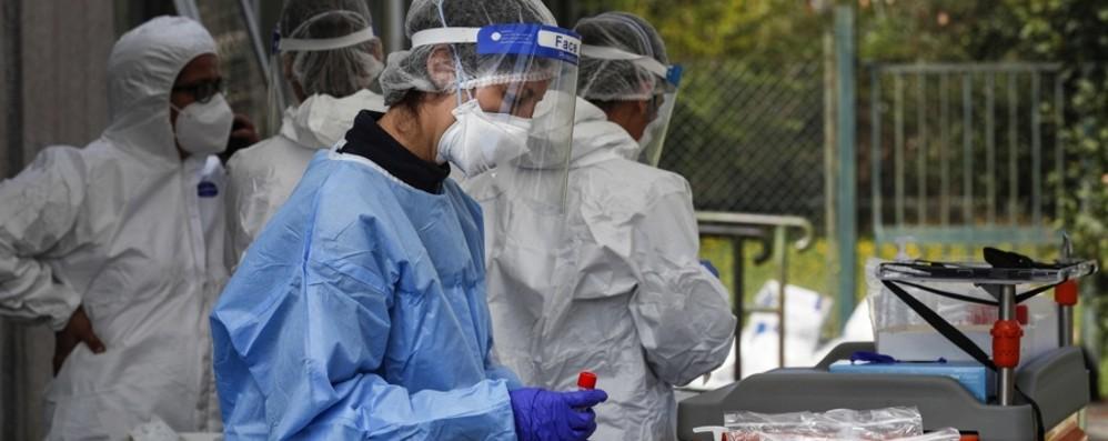 Lorini: «Curva dei contagi in aumento Misure più restrittive: isolare gli over 65»