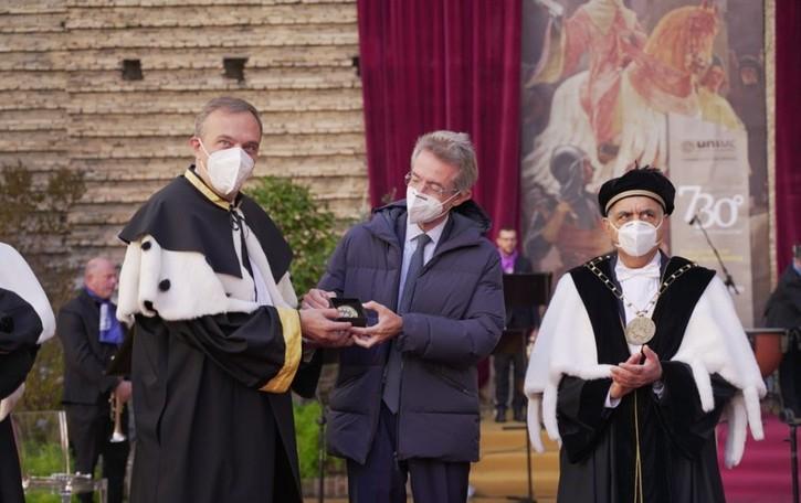«Lungimiranza e competenza durante il  Covid» Sigillo di Ateneo al Rettore di Bergamo
