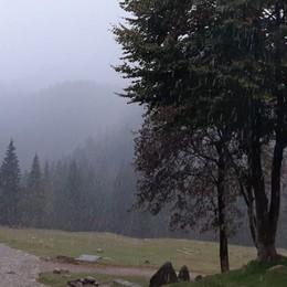 Pioggia in pianura e neve in montagna Fiocchi al rifugio Alpe Corte -Foto/Video