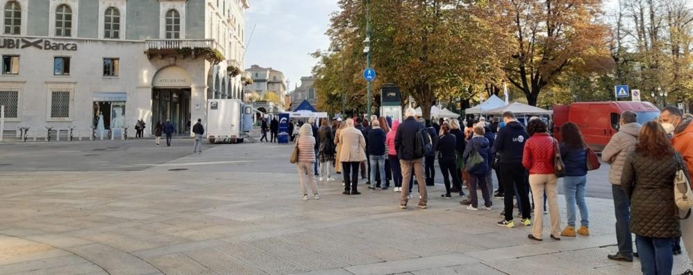 Screening Covid/Epatite in piazza Lunga coda e posti già esauriti- Foto