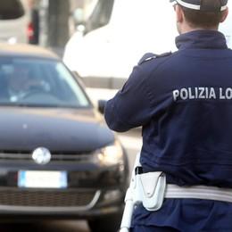 Senza patente, fugge all'alt e si schianta Multa da 6.500 euro e auto sequestrata