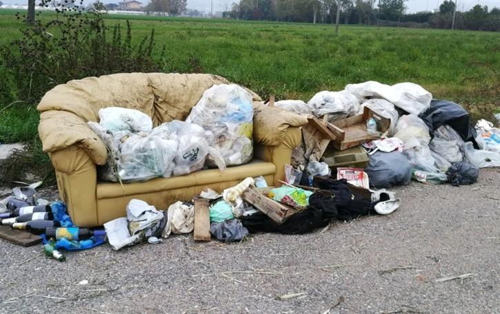 Dieci chilometri di rifiuti abbandonati  Sulla provinciale 91 spunta pure un divano