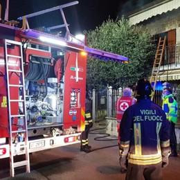 Seriate, intrappolata dalle fiamme in casa I pompieri salvano un'anziana dal terrazzo