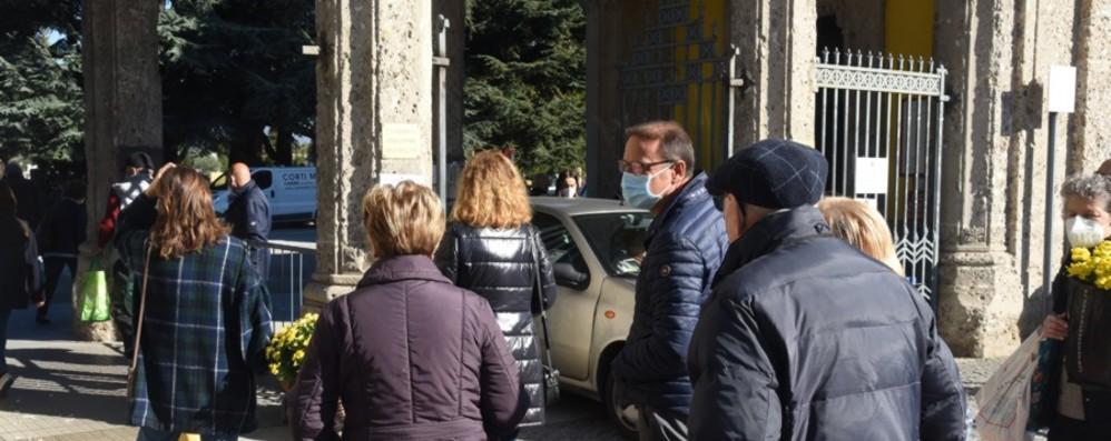 In coda per le visite al cimitero Sospesi i pass per entrare in auto