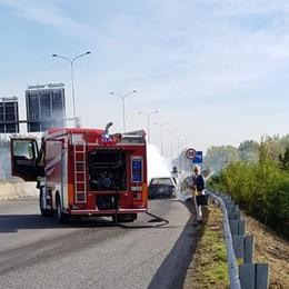 Auto prende fuoco sulla superstrada Lunghe code all'altezza di Seriate