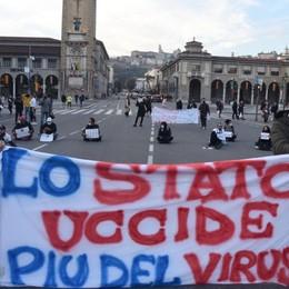 Ristoratori ancora in piazza a Bergamo Bloccano via Roma, «aiuto con gli affitti»