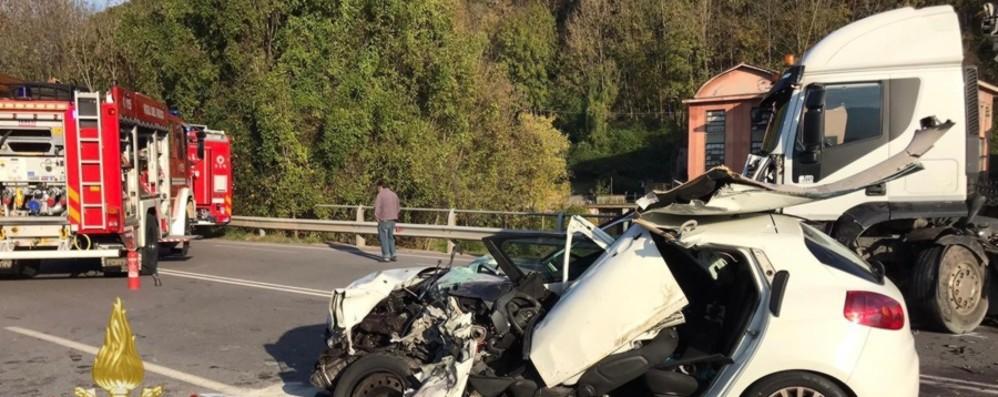 Schianto tra un'auto e un mezzo pesante Grave un 51enne di Gorno - Foto