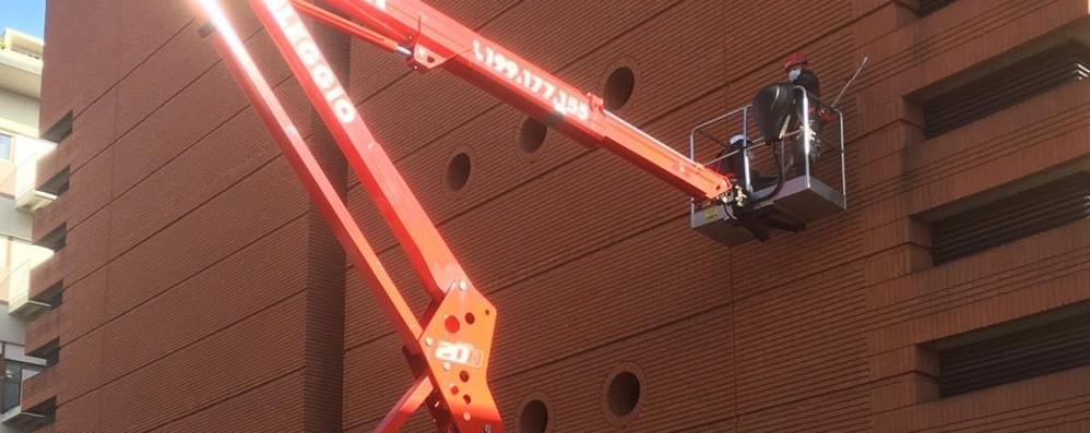 Si controlla la biblioteca Tiraboschi  Verifiche alla facciata di mattoni - Foto