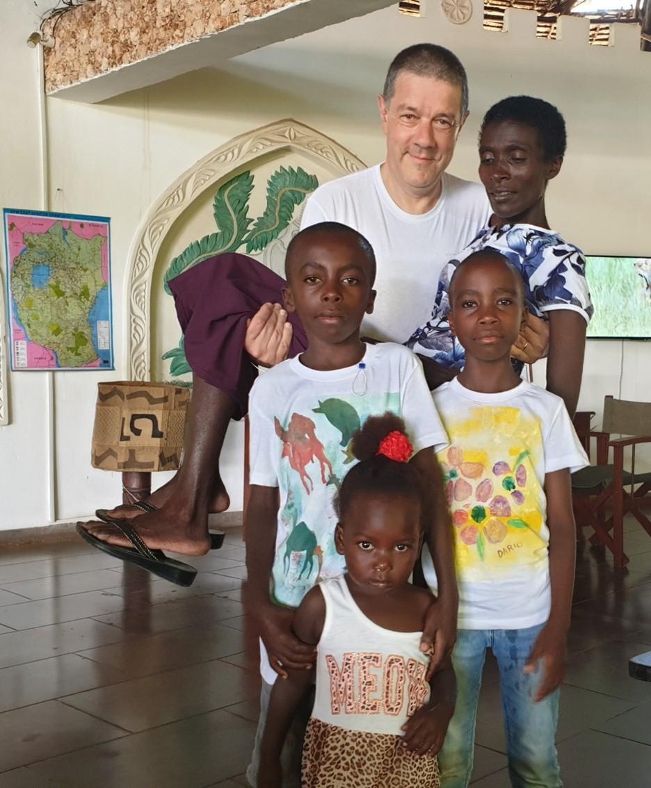 Mons. Ginami con Everlyne e i suoi figli. La mamma è morta di Aids