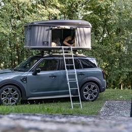 Mini con tenda sul tetto in tour attorno al Sebino