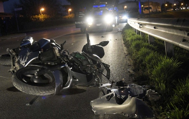 Si schianta in moto  vicino casa Tragedia a Fara, 54enne muore sul colpo