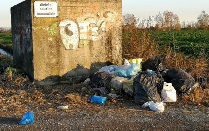 Tra Bagnatica e Cavernago Viaggio in buche e rifiuti