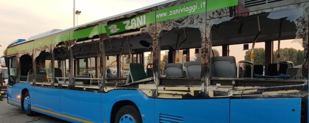 Braccio meccanico squarcia un bus Paura tra i 7 passeggeri, ma feriti lievi