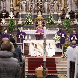 «Radicale dedizione a Dio e al suo popolo» Cologno, l'ultimo abbraccio a don Emilio