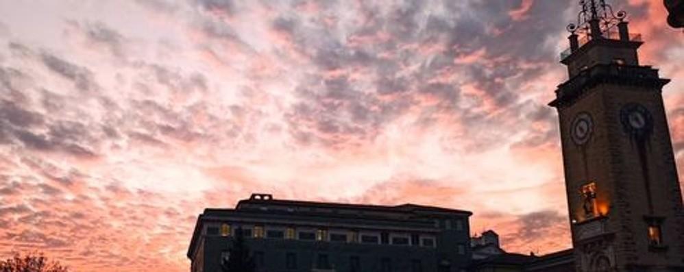 Un'onda di nuvole rosse -Foto Lo spettacolare tramonto di stasera