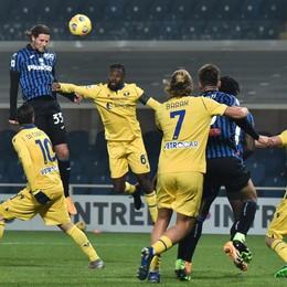 Colpita  nel momento migliore L'Atalanta affonda con il Verona 0-2