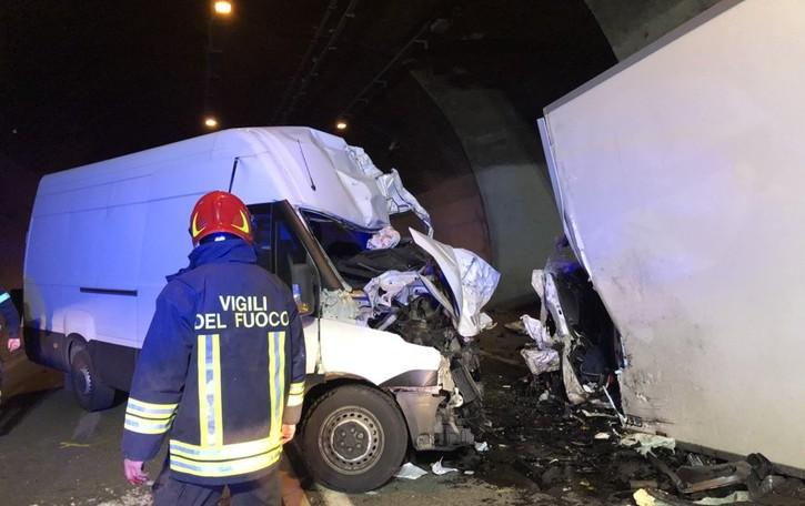 Frontale tra due furgoni in galleria Due feriti gravi a Camerata - Le foto