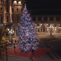 Luci colorate sul mega albero di Natale Bergamo, il centro si illumina - Foto/Video