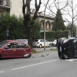 Treviglio, finisce contro i tigli di viale Piave Salva una donna di 38 anni - Le foto