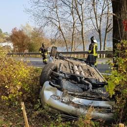 Auto esce di strada e si ribalta Soccorsi a Ranzanico, nessun ferito