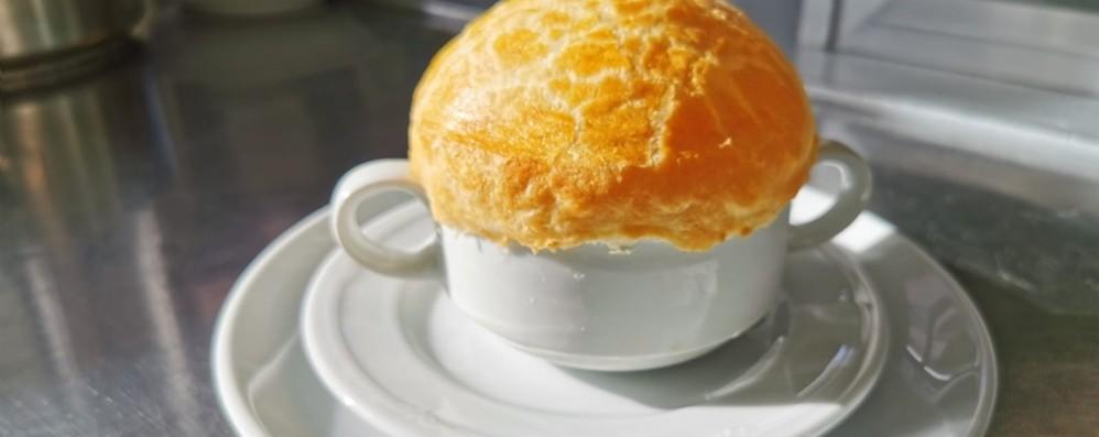 Come impreziosire un piatto povero Zuppa di cipolle in crosta