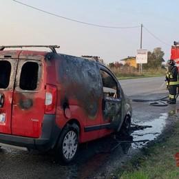 Furgone prende fuoco a Brignano Conducente in salvo, distrutto il mezzo