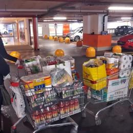 Si fanno scorte, ressa nei supermercati E c'è chi compra già i regali di Natale