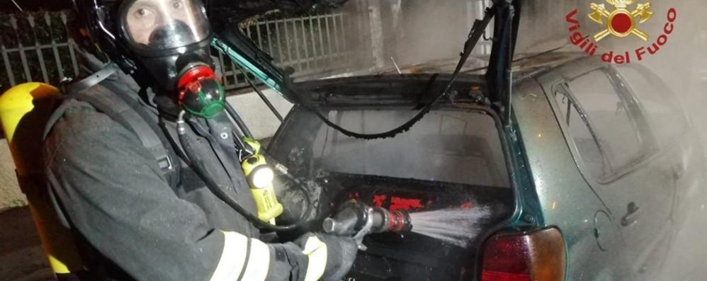 Auto a metano prede fuoco - Foto Rogo spento a Cividate al Piano