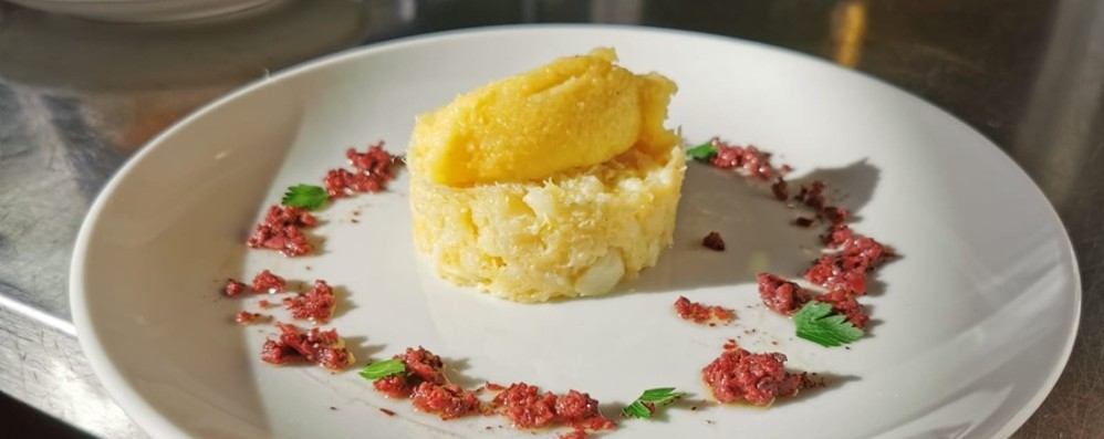 Come unire mare e terra: la ricetta Baccalà con polenta e tapenade di olive
