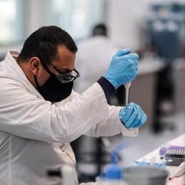 «Non illudiamoci sul vaccino» Il microbiologo: solo in primavera