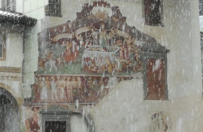 La neve sulla Danza Macabra di Clusone