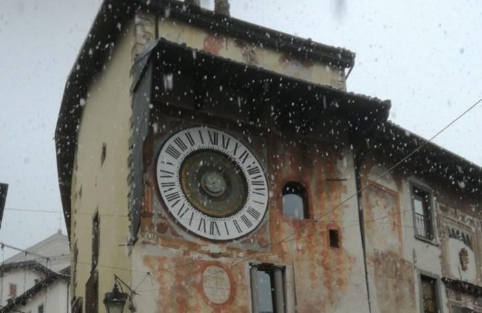 In piazza dell'Orologio a Clusone