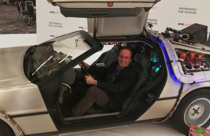 Lucianetti a bordo della   macchina di «Ritorno al futuro»