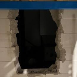 Giù il muro, ma scatta l'allarme Ladri in fuga con vino e panettoni