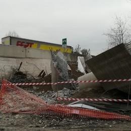 Grassobbio, demolito dopo oltre 30 anni il ponte sull'autostrada mai aperto