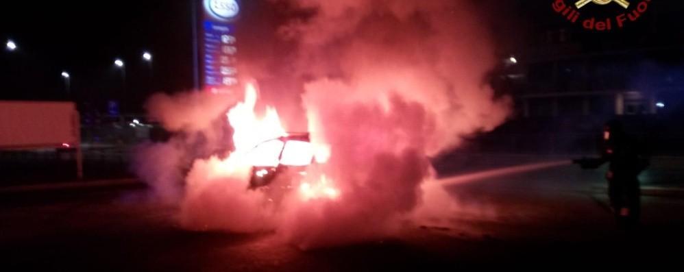 Grumello del Piano, auto prende fuoco L'incendio domato dai pompieri - Video